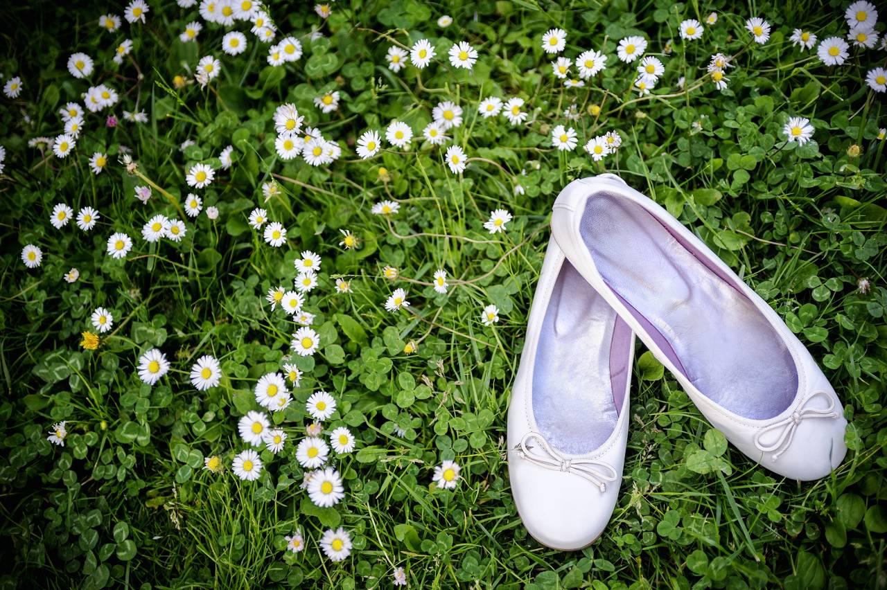 Ballerinaskor i gräs