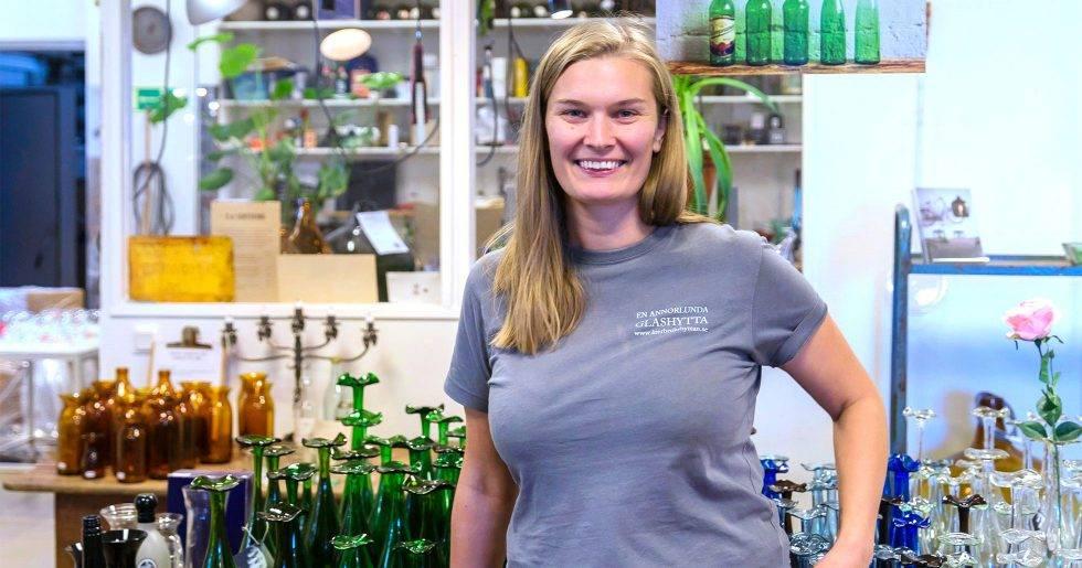 Glasblåsaren Anna Jernberg framför olika sorters glas.