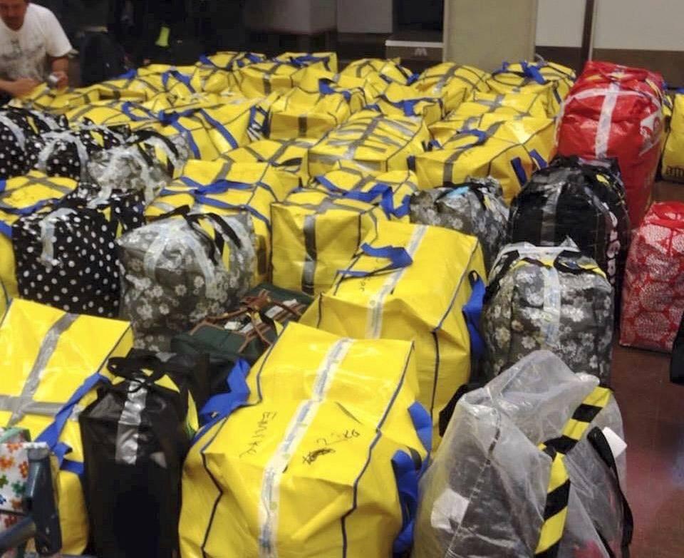 Väskor packade med kläder och förnödenheter till flyktingar i Grekland.