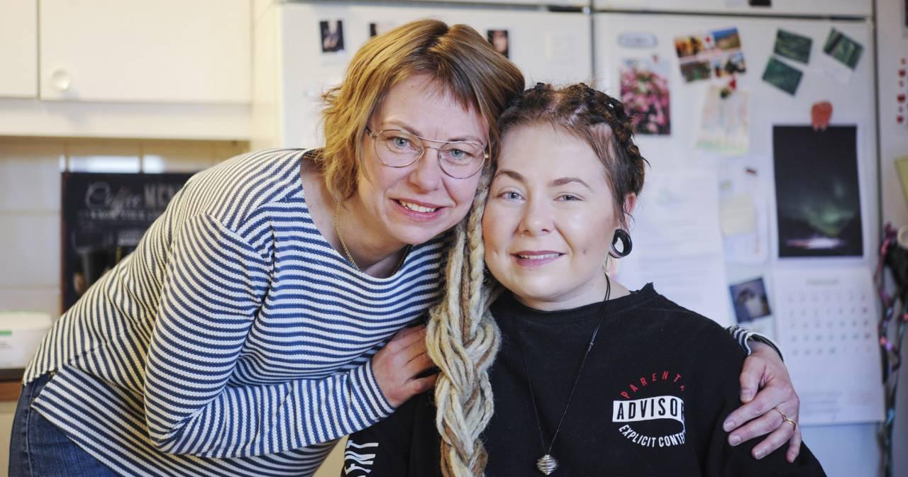 Mamma Sofie håller om sin dotter Sofie som sitter på en stol