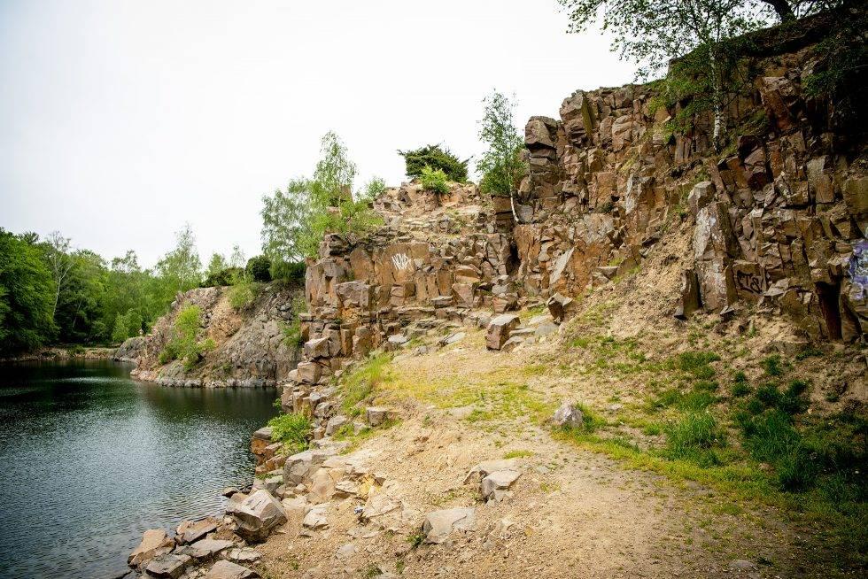 Dalby stenbrott med vatten och klippor