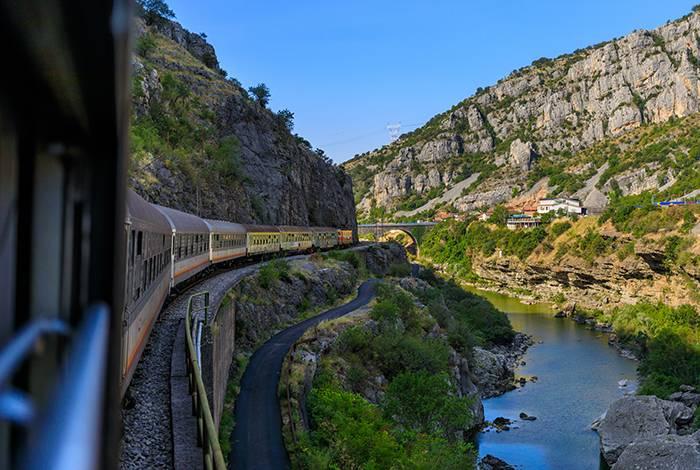Tåg kör igenom vackra miljöer i Europa