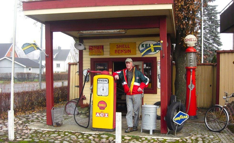 Sven Liljeqvist står vid en bensinpump vid sin nostalgimack i Sollebrunn.