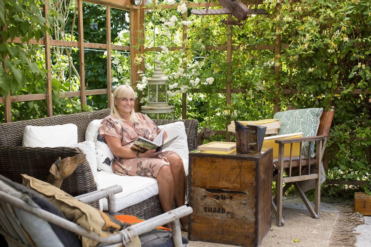 Stina Hedlund sitter på sin uteplats