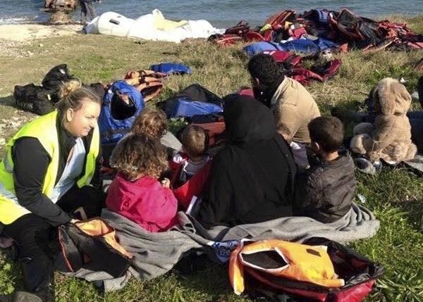 Teresa pratar med flyktingar på stranden