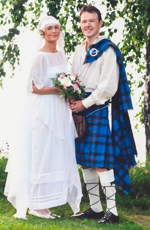 Ett ungt par gifter sig, mannen klädd i irländsk kilt.