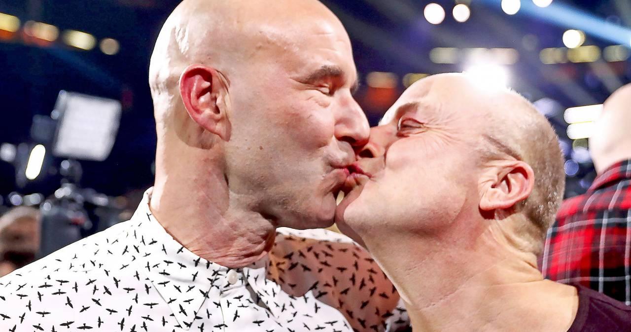 Mark Levengood och Jonas Gardell kysser varandra.