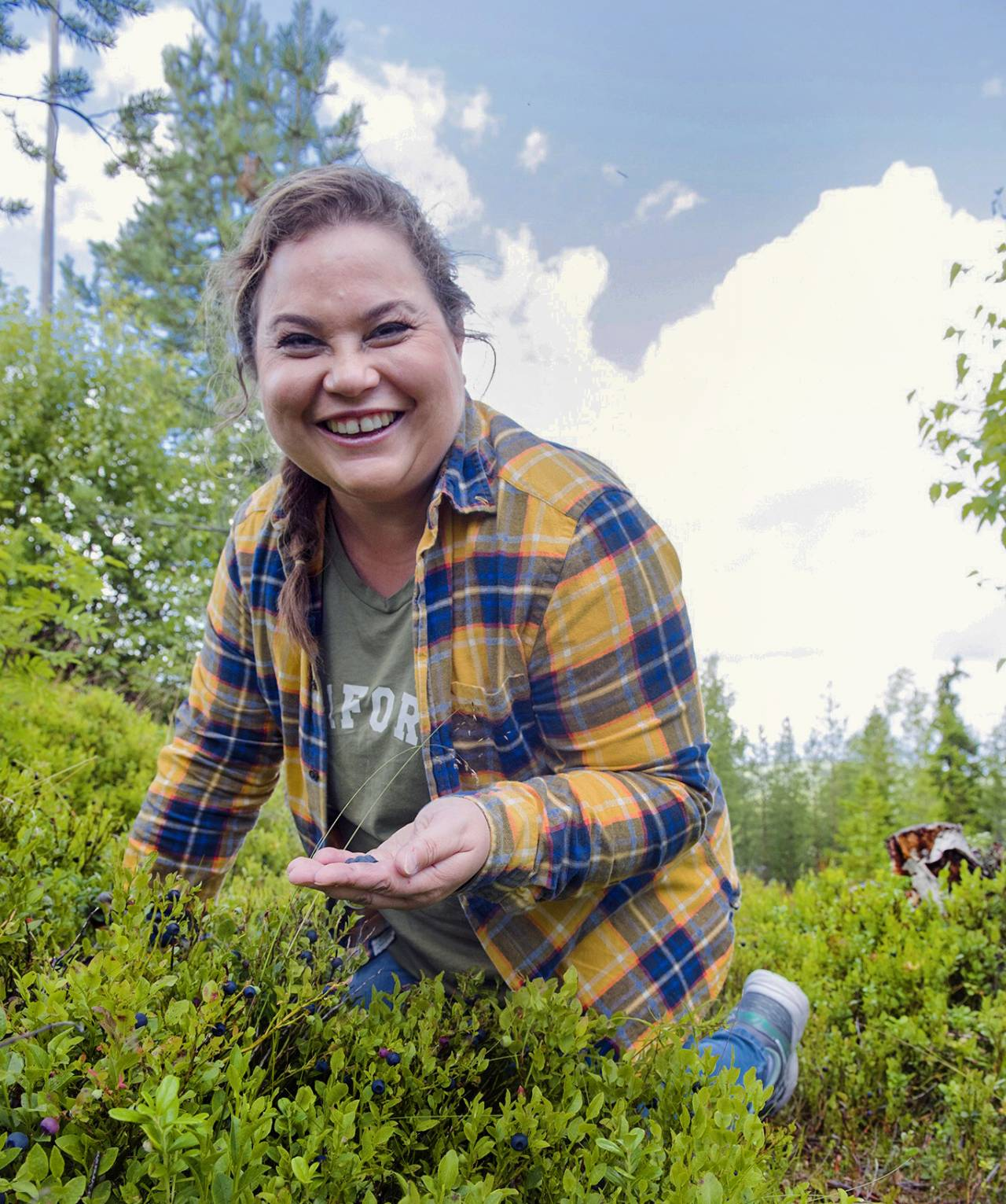 Tv-kocken Susanne Jonsson letar bär i naturen