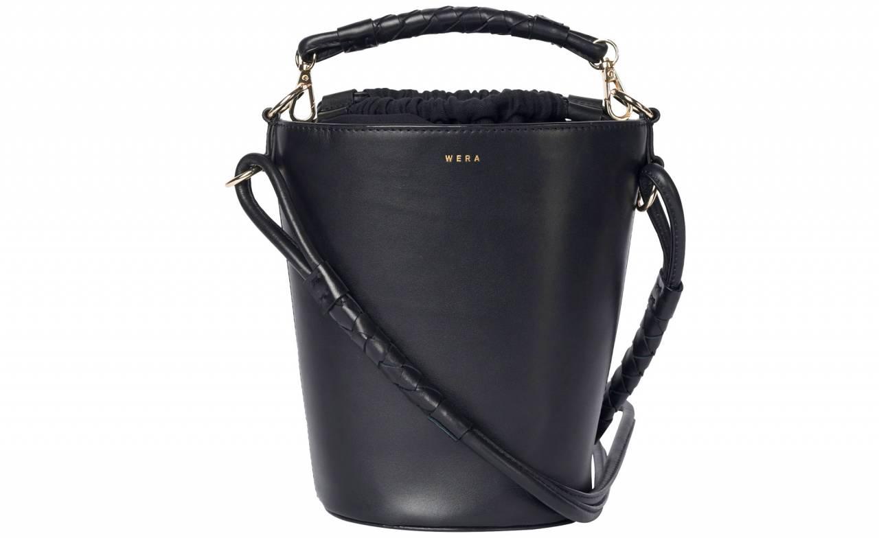 Svart handväska med gott om plats