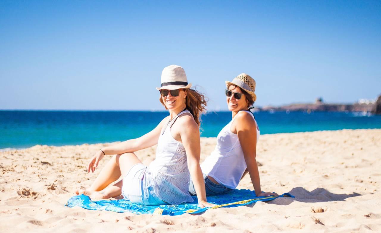 Två kvinnor njuter av sol och bad på Gran Canaria