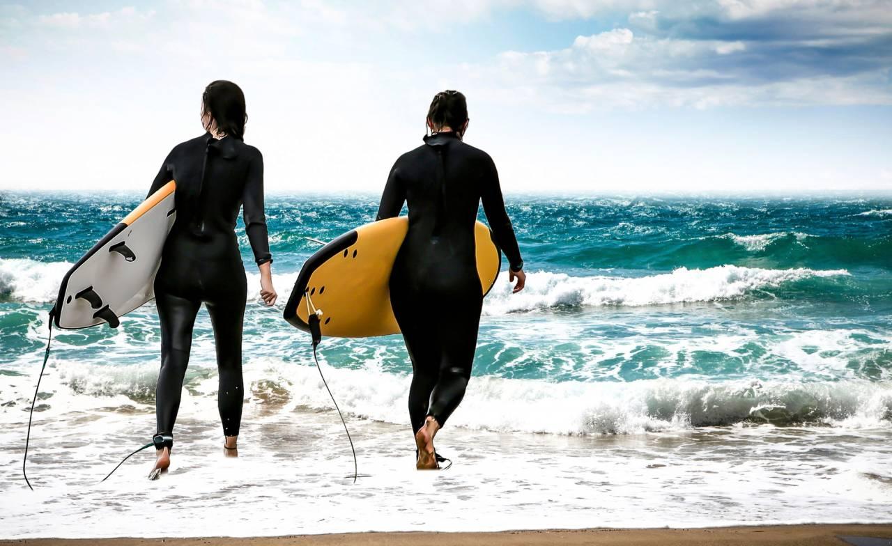 Två kvinnor surfar på Gran Canaria