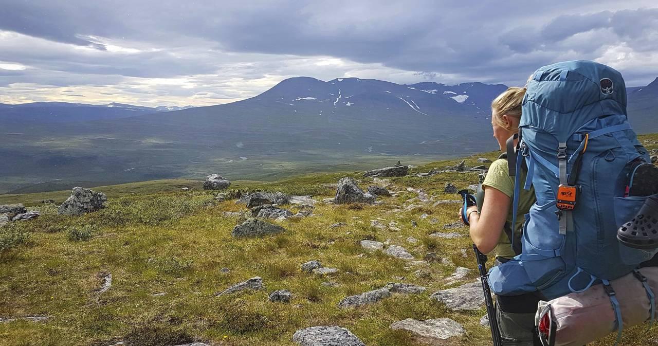 Betty bestämde sig för att vandra hela Kungsleden, från Hemavan till Abisko, en vandring på 42 mil. Här syns Betty med full packning på ryggen.