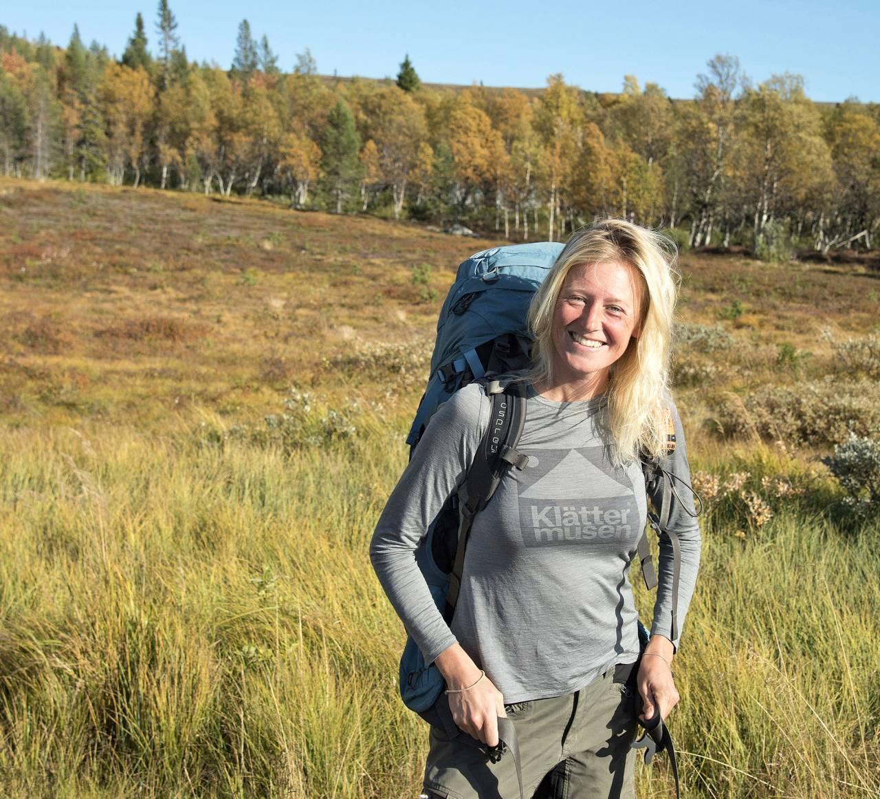 Betty vandrar vid Grövelsjön.