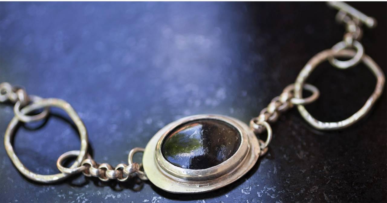 Ett av Pias halsband med svarta diabas.