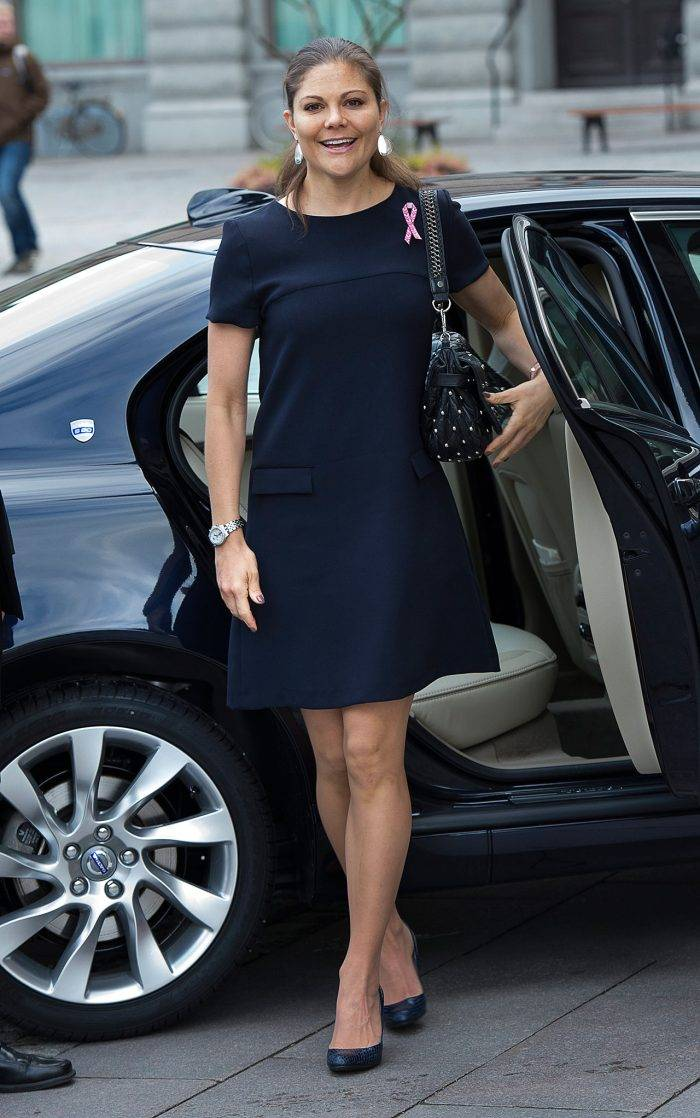 Kronprinsessan Victoria i svart klänning med Cancerfondens rosa band
