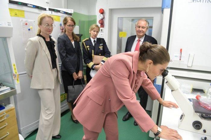 Kronprinsessan Victoria i patologlaboratoriet vid besök på Karolinska Universitetssjukhuset