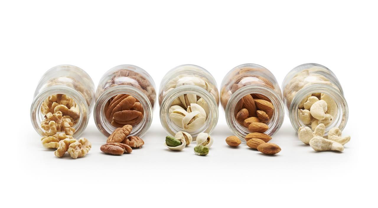 Olika typer av nötter i glasburkar
