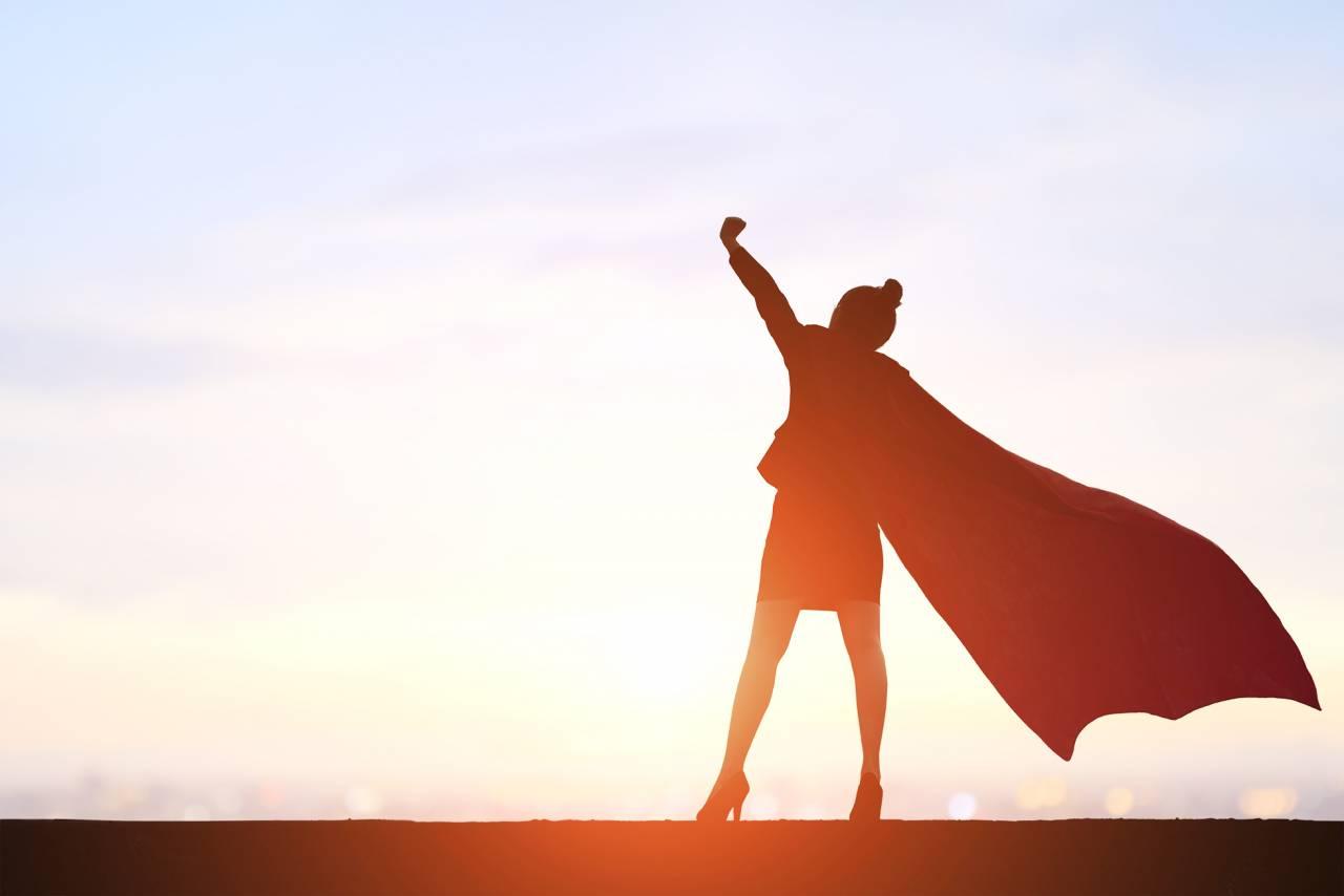 Siluett av en kvinna som sträcker händerna mot himlen
