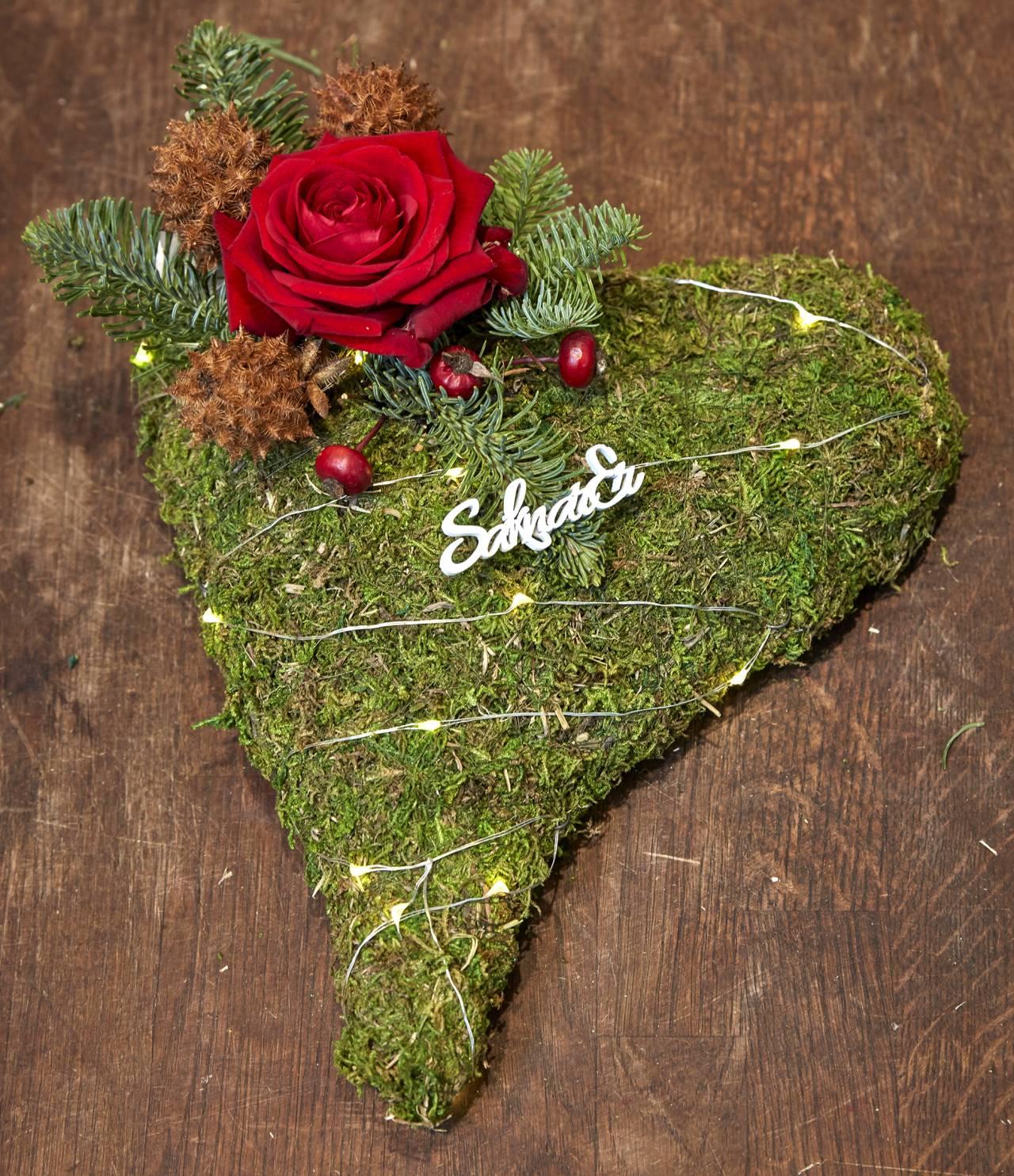 Mosshjärta dekorerat för graven.