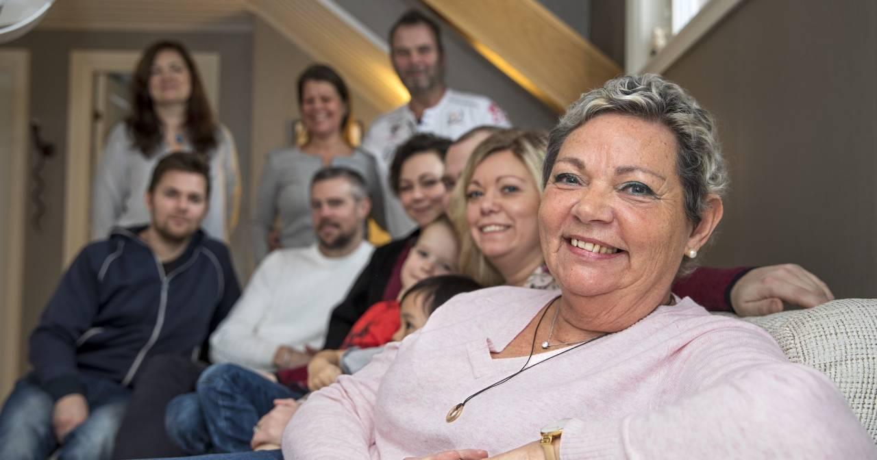 Agnetha sitter I en soffa med sin familj och sina vänner – som stöttat henne under sjukdomstiden.