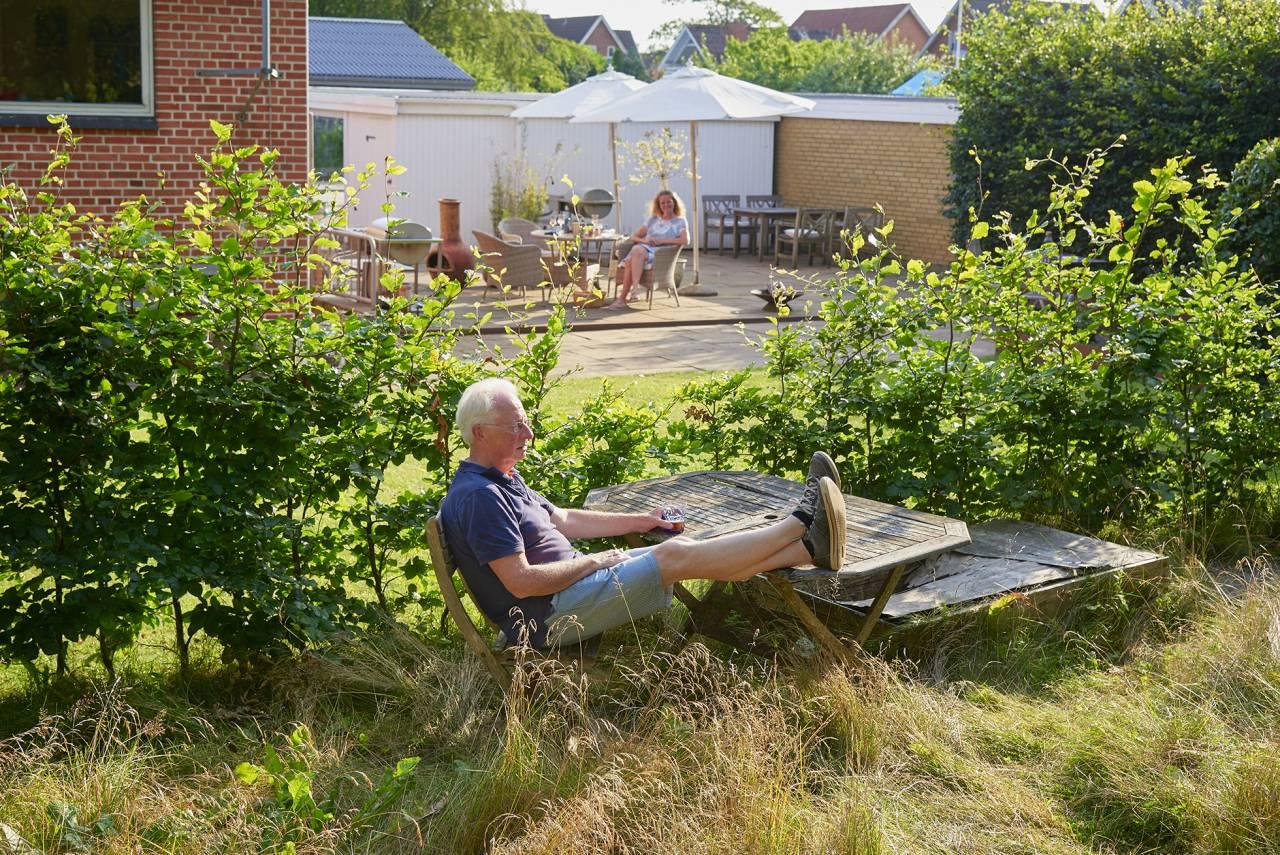 Kurt H Jörgensen njuter i sin vilda trädgård.