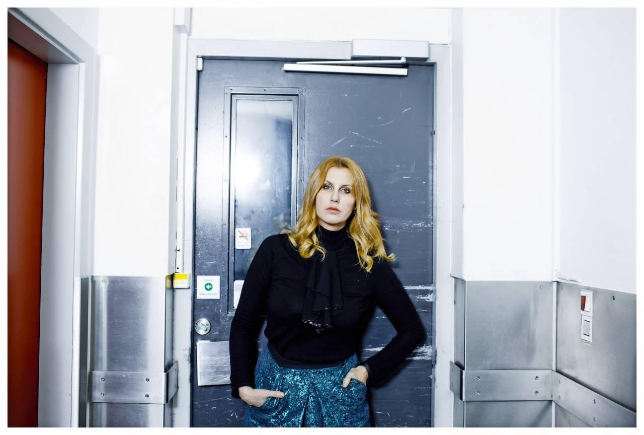 Sanne Gottlieb framför en hissdörr
