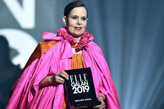 Sara Danius mottar priset för Årets bäst klädda kvinna 2019 på ELLE-galan.