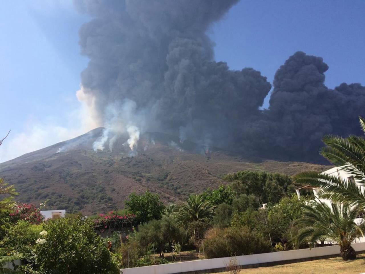 Rök kommer från Stromboli-vulkanen