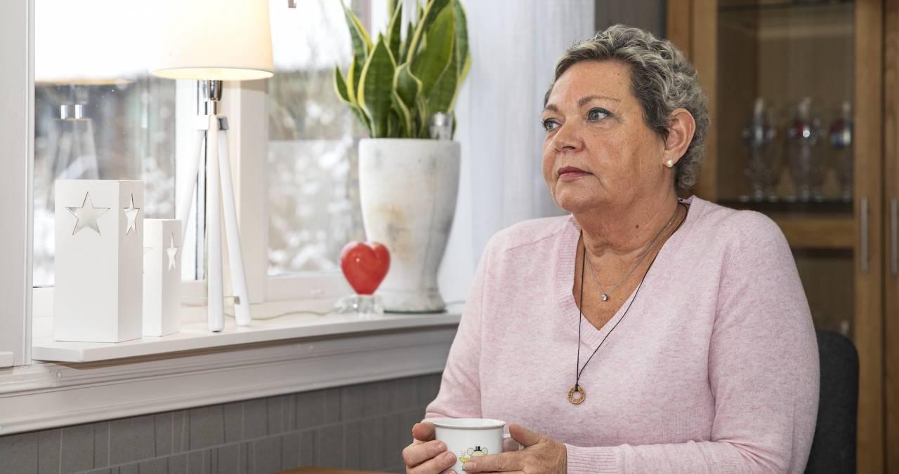 Agnetha sitter med en temugg i handen och berättar om sin svåra tid med cancer.