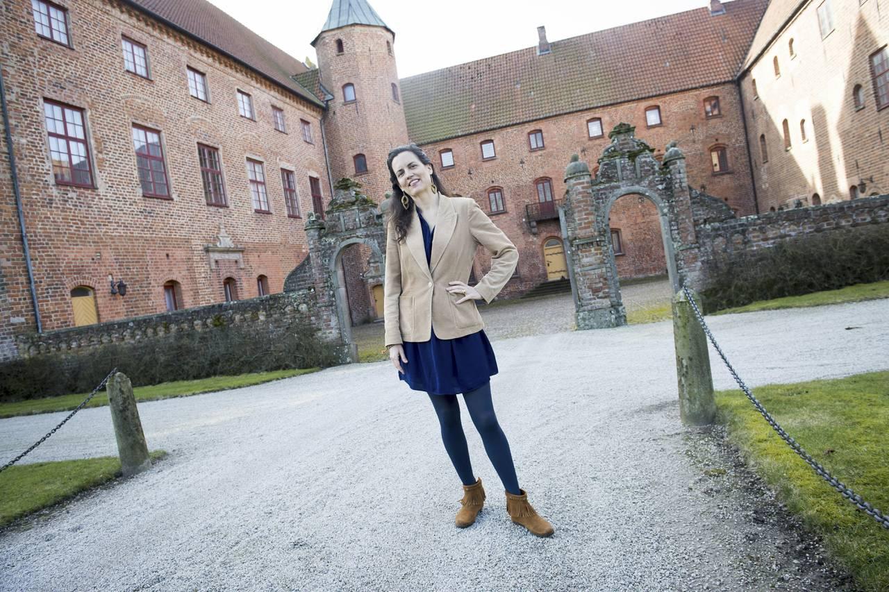 Alexandra framför Skarhults slott i Skåne