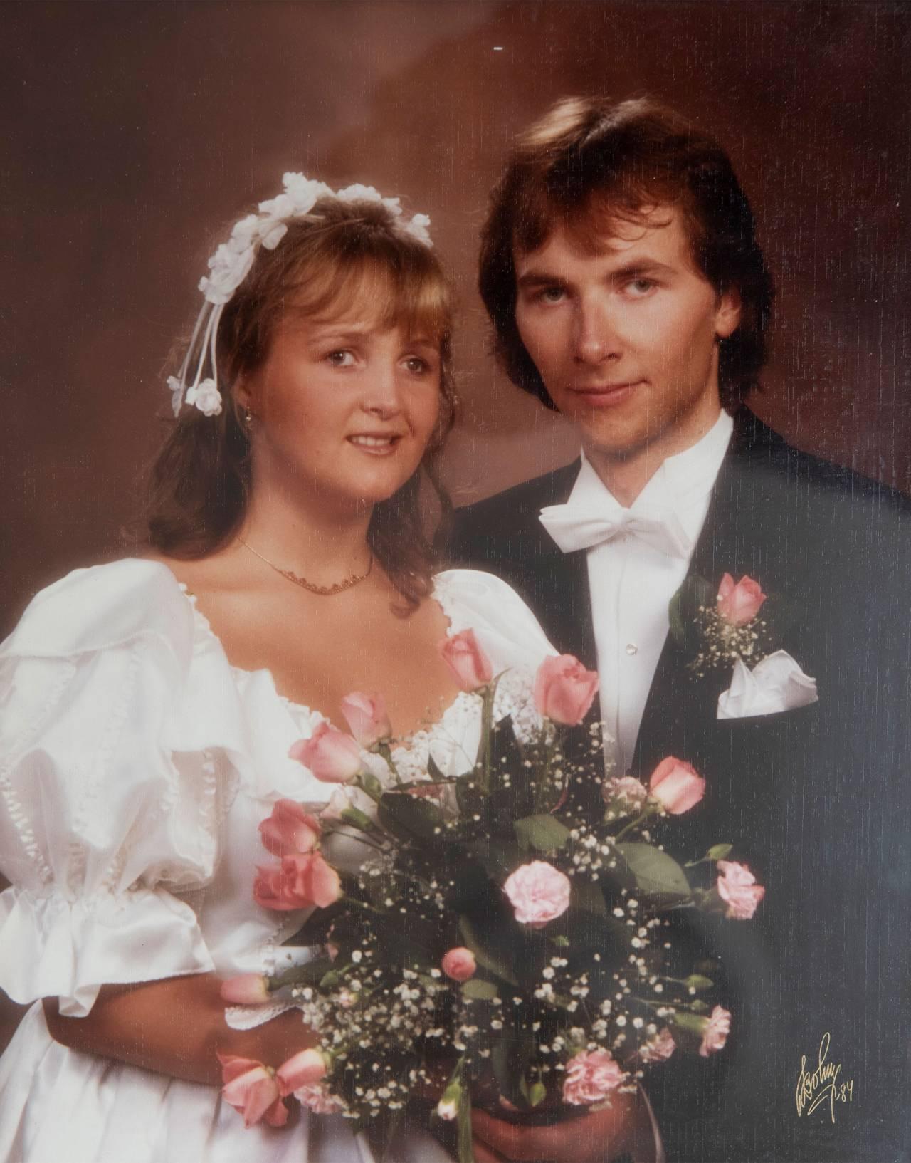 Äldre bröllopsbild på ett ungt par, Monicka och Sven som båda är synskadade.