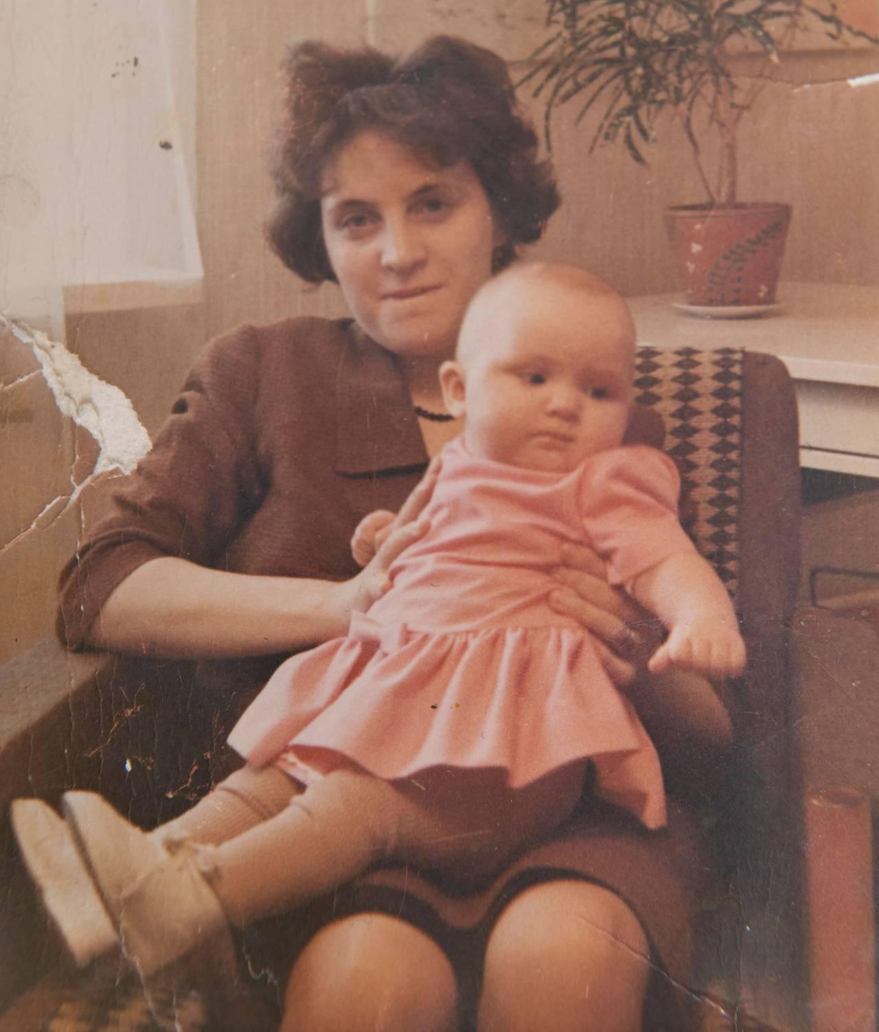 Ett gammalt foto på en mamma och hennes dotter, synskadade Monicka.