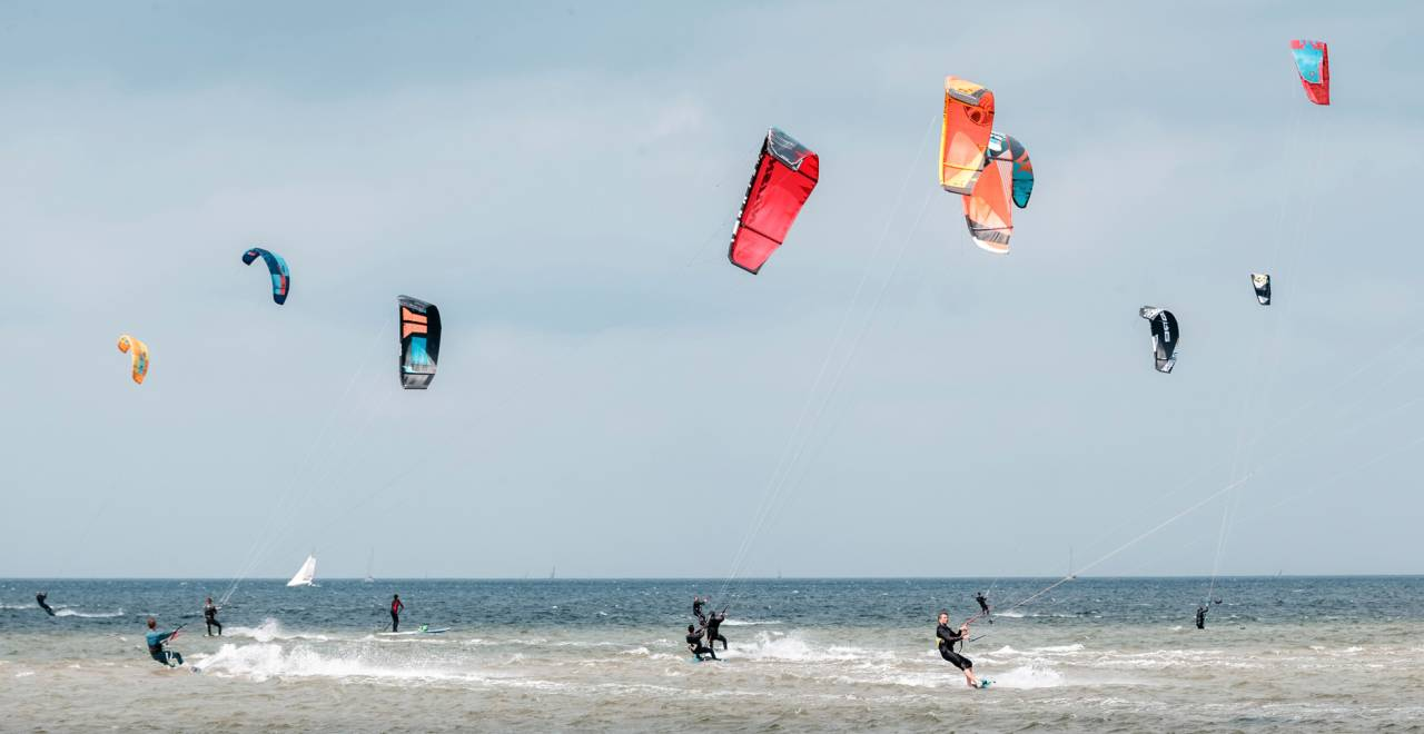 Människor kitesurfare.