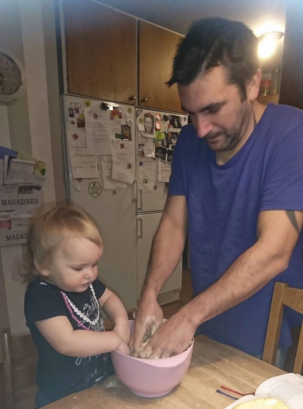 Benny med bakar med dottern Miranda
