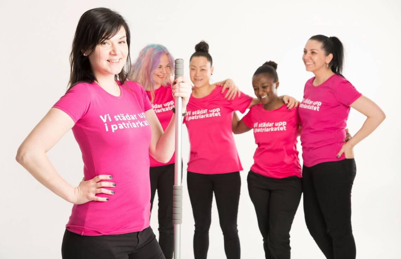 Fem kvinnliga anställda hos städföretaget 50-femme, i t-shirts med texten