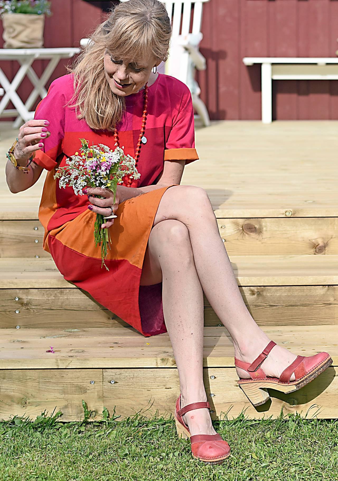 Ann-Sofie, som vill uppmuntra oss att återbruka mer kläder, visar upp en klänning som hon sytt av ett påslakan.