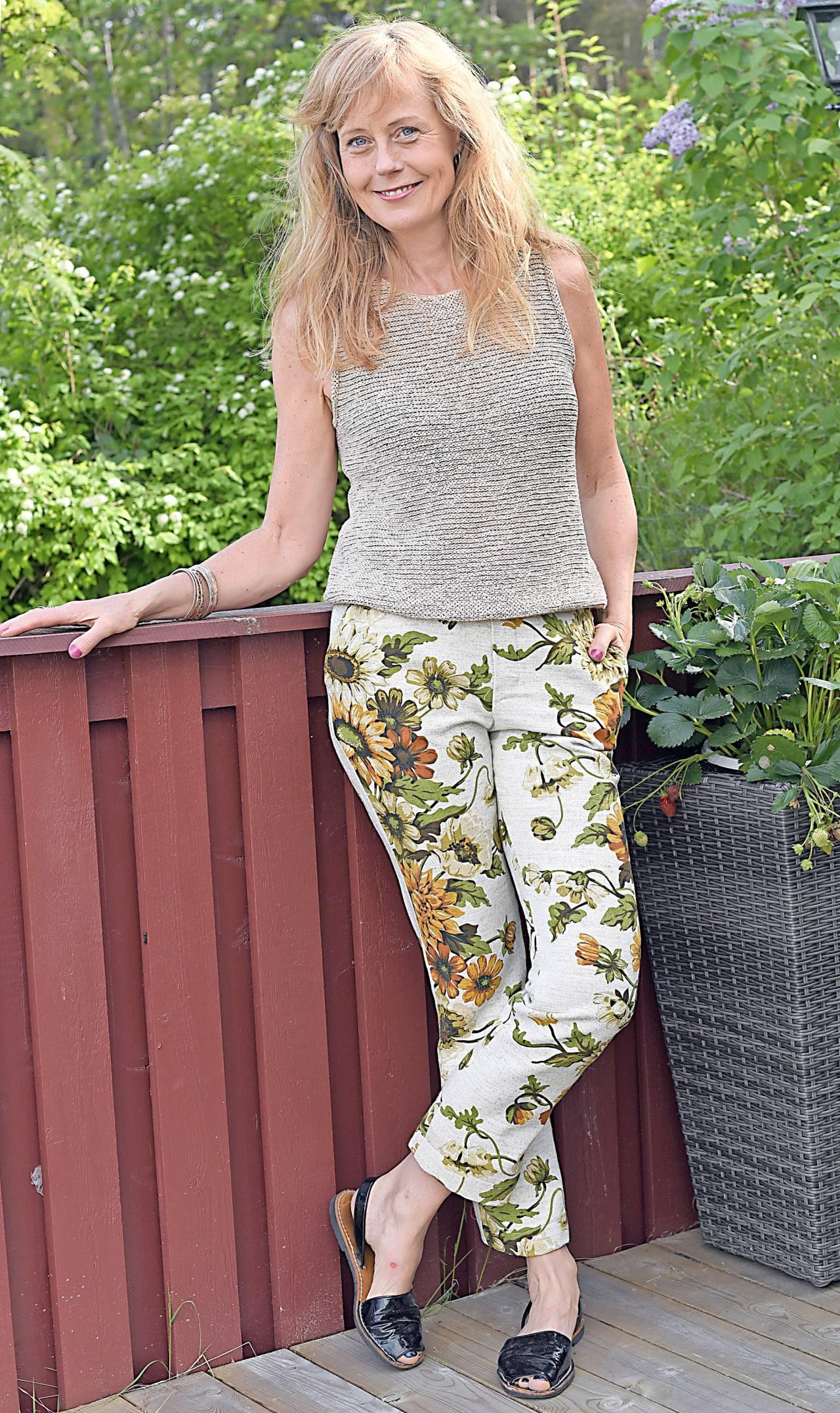 Ann-Sofie, som brinner får hållbart mode, visar här upp ett par hemsydda byxor – som från blöjan var gardiner!