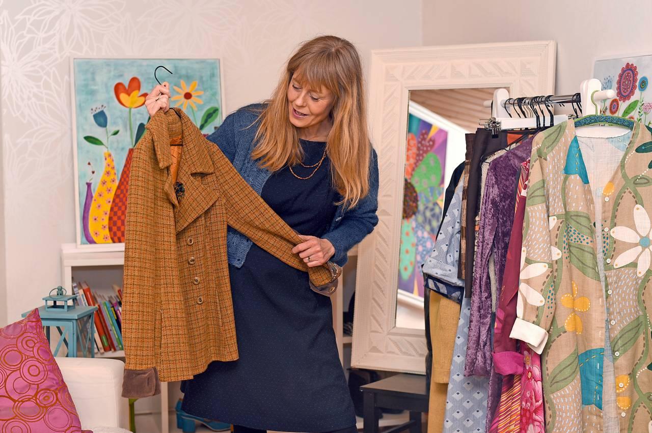 Ann-Sofie Sköld Åberg visar upp några plagg ur sin egen garderob.