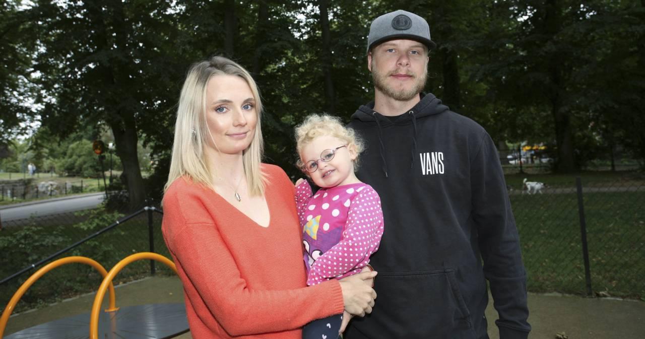 Sanna Komulainen och Hampus Emretsson med lilla Signe som lider av Cohens syndrom.