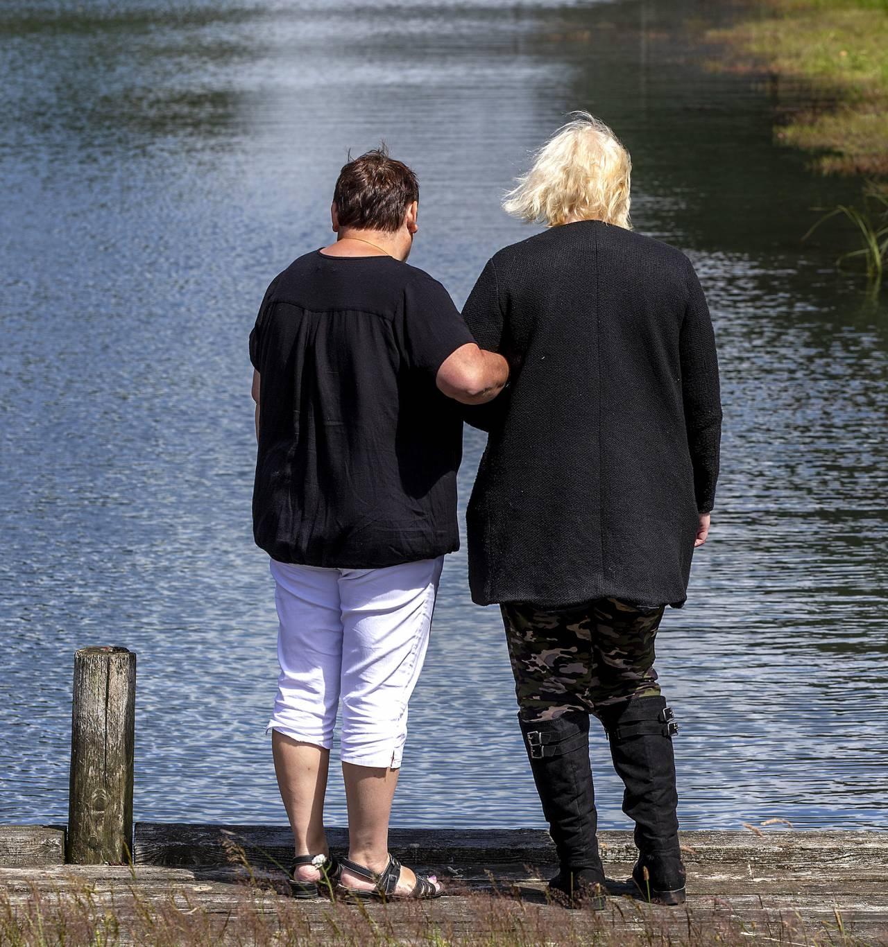 Helles aska speds i vattnet. Här står Helle med en annan människa och tänker på dottern.