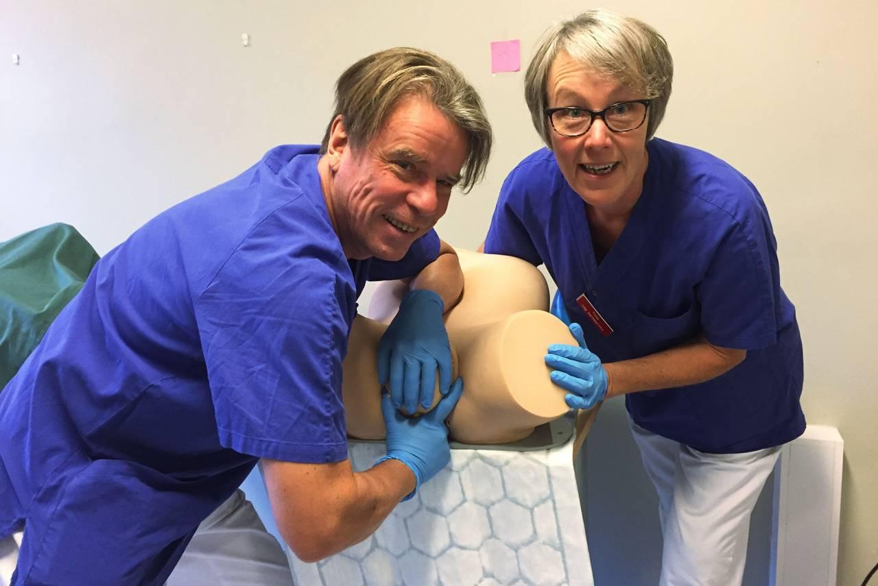 Barnmrskan Tiina Pirhonen ch läkaren Jouko Pirhonen visar finska greppet på en provdocka.