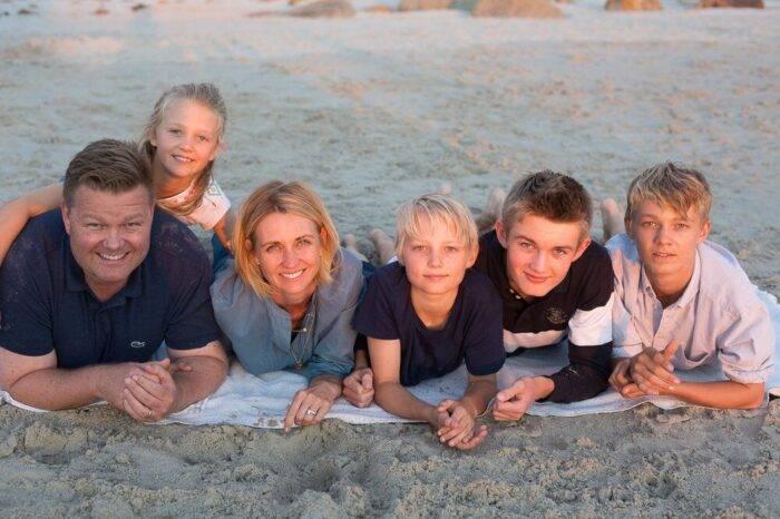 Familjen Sammeli, pappa Carl-Fredrik och mamma Marie med de fyra barnen (tre söner och en dotter) är samlade för en gruppbild på stranden