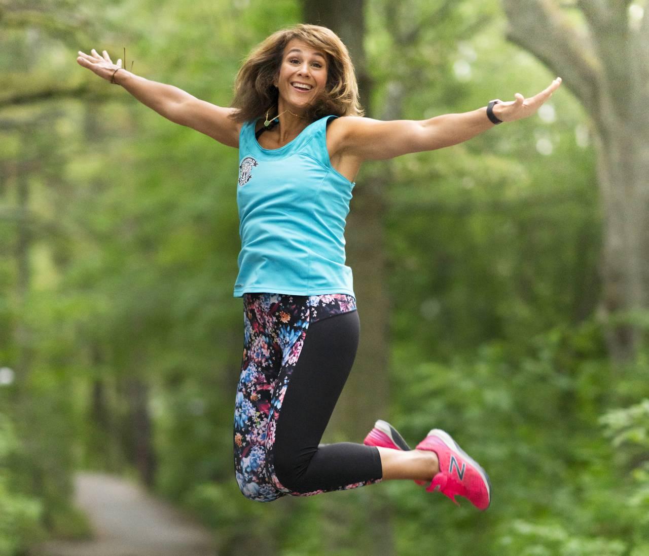 Alexandra Zazzi, som nyligen skilt sig och kämpar med sin sunda livsstil, hoppar av glädje.
