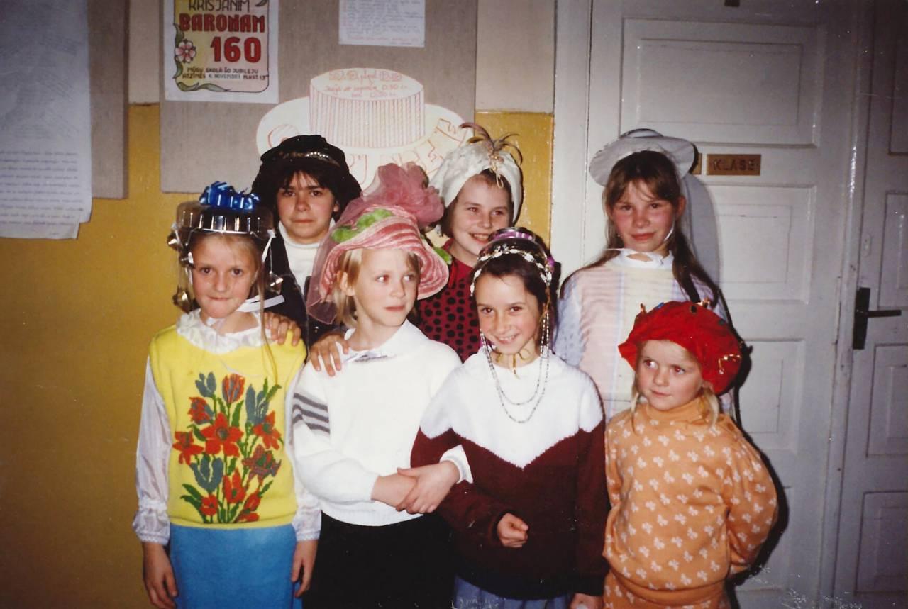 Anna Pugacova på barnhemmet, fint klädd med mössa som hon sytt på godis på. De hade här någon maskerad eller teater.