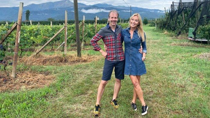 Vinbonden Luigi tillsammans med programledaren Linda Lindorff inför programmet Bonde söker fru – jorden runt som sänds i TV4 2020.