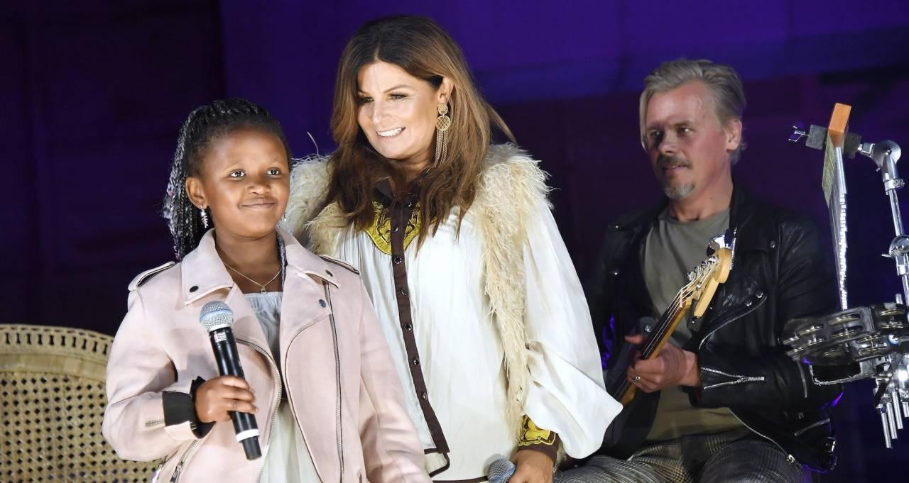 Carola på scen tillsammans med dottern Zoe. I bakgrunden syns Carolas pojkvän Jimmy.