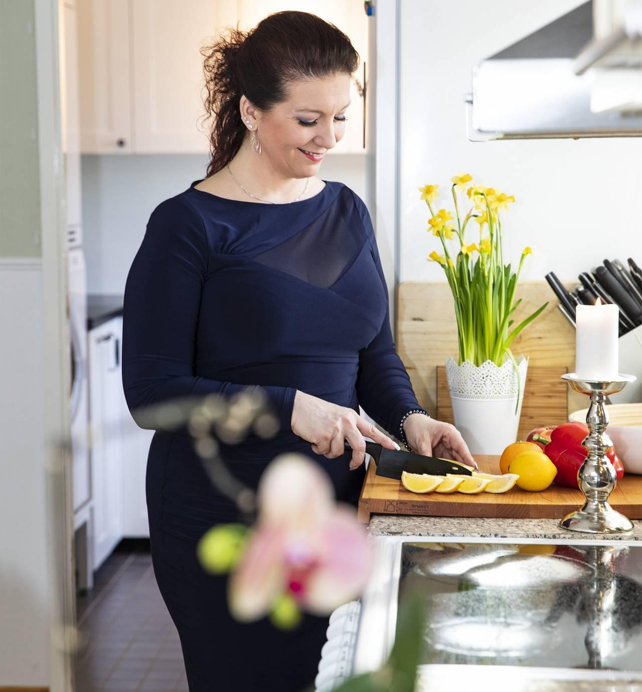 Eva-Lotta Ryd har fått ett nytt liv med antiinflammatorisk kost. Här lagar hon mat i sitt kök.