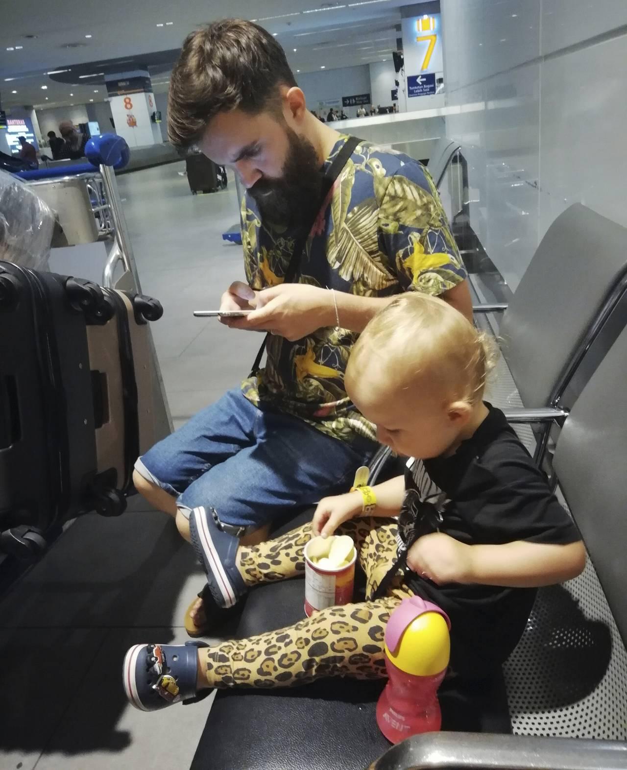 Henry med pappa Robin på Kuala Lumpurs flygplats.
