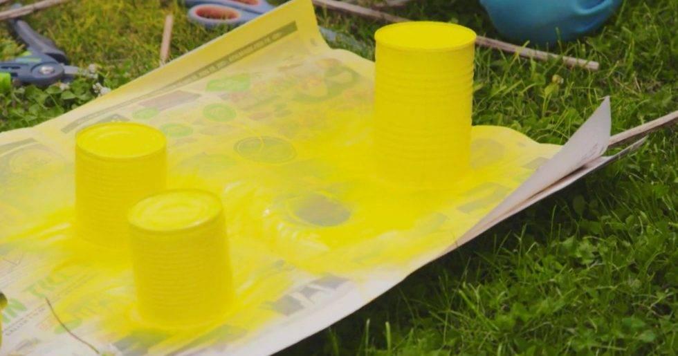 Färga burkarna till insektshotellet gula för att locka insekter och pollinatörer.