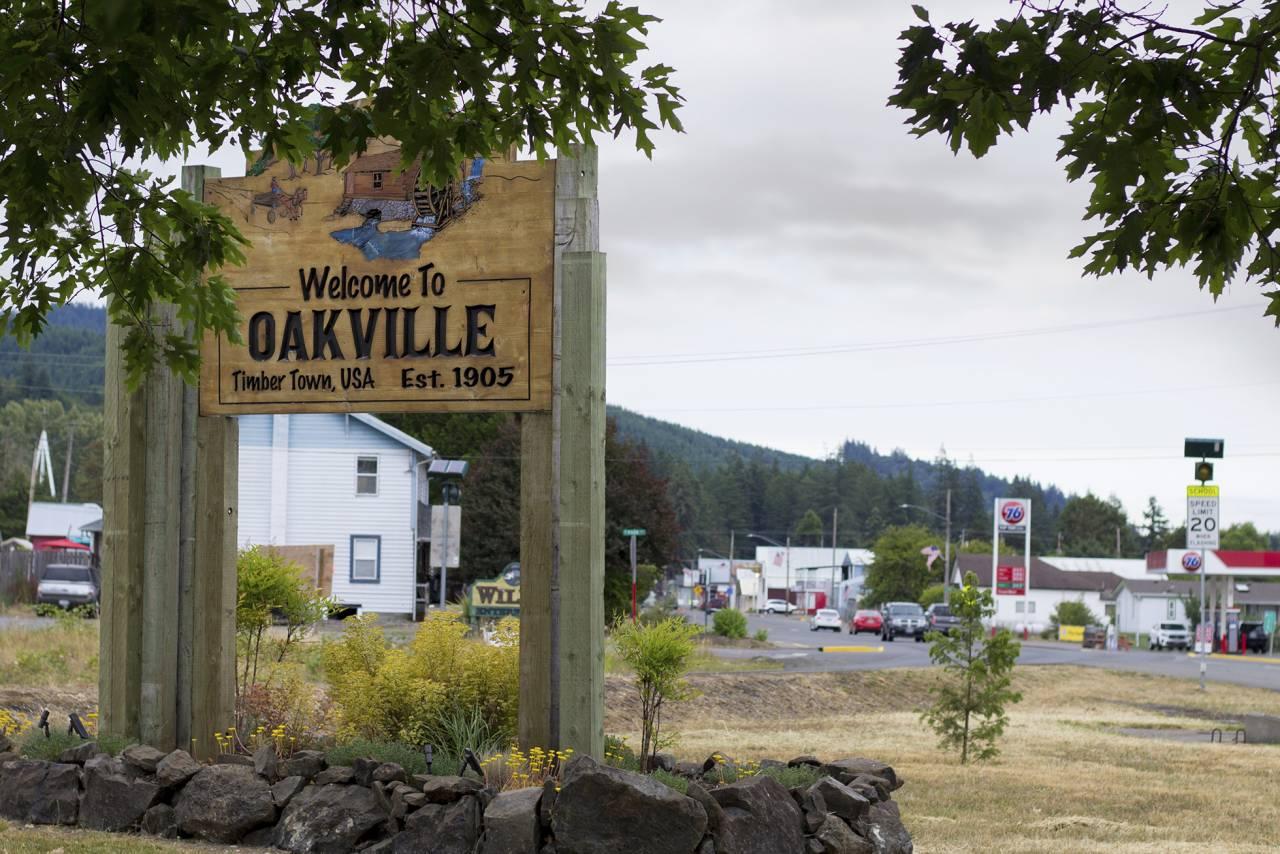 Skylten som välkomnar besökare till staden Oakville.
